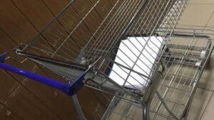 У Запоріжжі хлопці вкрали з супермаркету візок для продуктів