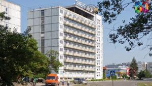 Рабочие демонтировали буквы на здании одного из крупнейших отелей в Запорожской области, — ВИДЕО