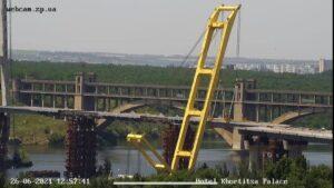 В Запорожье «Захарий» установил вторую за неделю огромную секцию вантового моста через Днепр, – ФОТО