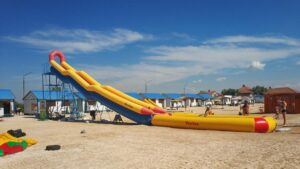 На запорожском курорте молодого мужчину на пляже убило ударом тока