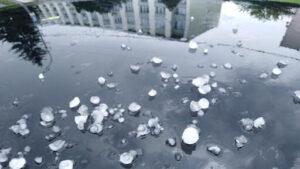 Град, шквальний вітер: запоріжцям пообіцяли погіршення погодних умов