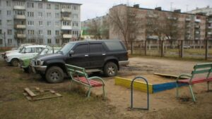 В Запорожье оштрафовали владельцев авто, которые парковали свои машины на детской площадке