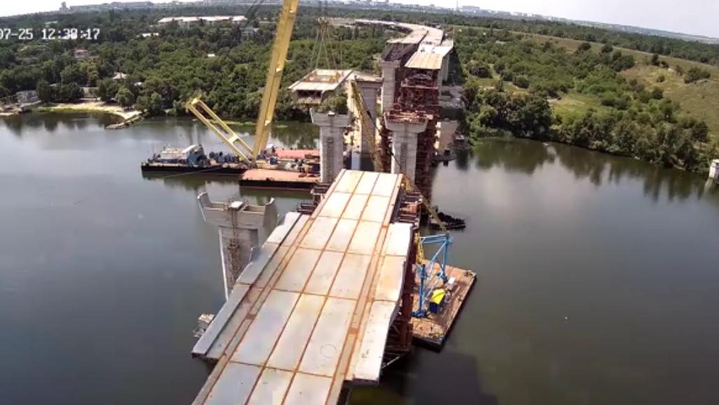 У Запоріжжі «Захарій» встановив передостанню секцію вантового мосту через Дніпро: як це було, – ВІДЕО