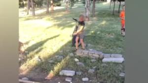 В Запорожье дети снова разбирают плитку в реконструированном парке, – ВИДЕО