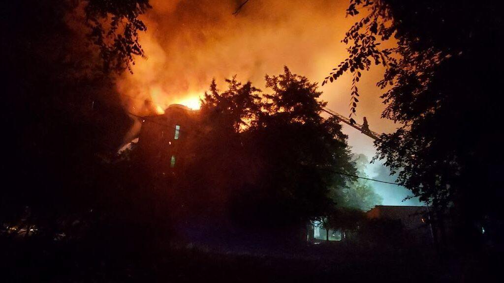 В центре Запорожья 60 спасателей тушат масштабный пожар: горит крыша дома, – ФОТО, ВИДЕО