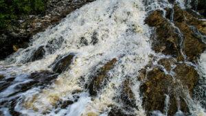 Як виглядає яскравий водоспад у 20 км від Запоріжжя, — ФОТО