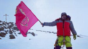 Флаг Запорожья подняли на высоту семи тысяч метров