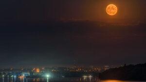Кривавий місяць: запорізький фотограф зробив ефектні знімки висхідного супутника Землі