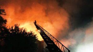 Запорізькі пожежники розповіли, чому було складно гасити пожежу на даху будівлі, – ФОТО