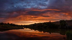 Небо немов у вогні: запоріжець зафільмував вражаючий захід сонця, — ФОТО