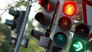 На проспекті в Запоріжжі вчора вночі завалився світлофор, — ФОТО