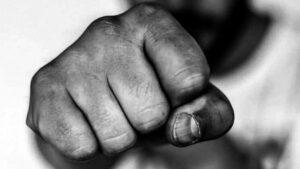 В Запорожье толпа неизвестных жестоко избила мужчин, — ВИДЕО