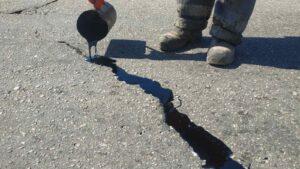 У Запоріжжі тріщини на дорогах заливають бітумом, – ФОТО