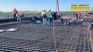 У Запоріжжі бетонують основу майбутньої дороги на балковому мосту з Хортиці до Бабурки, – ФОТО