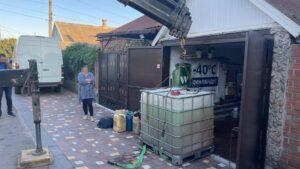 У Запорізькій області жінка влаштувала у себе в гаражі незаконну автозаправну станцію, – ФОТО