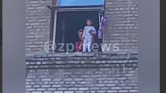 В Запорожье мать выставила ребенка в окно и заставляла делать странные движения, - ВИДЕО