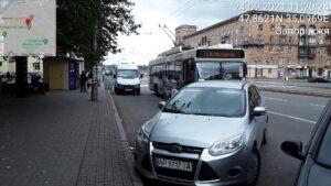 Запорожские водители из-за неправильной парковки мешают работе общественного транспорта