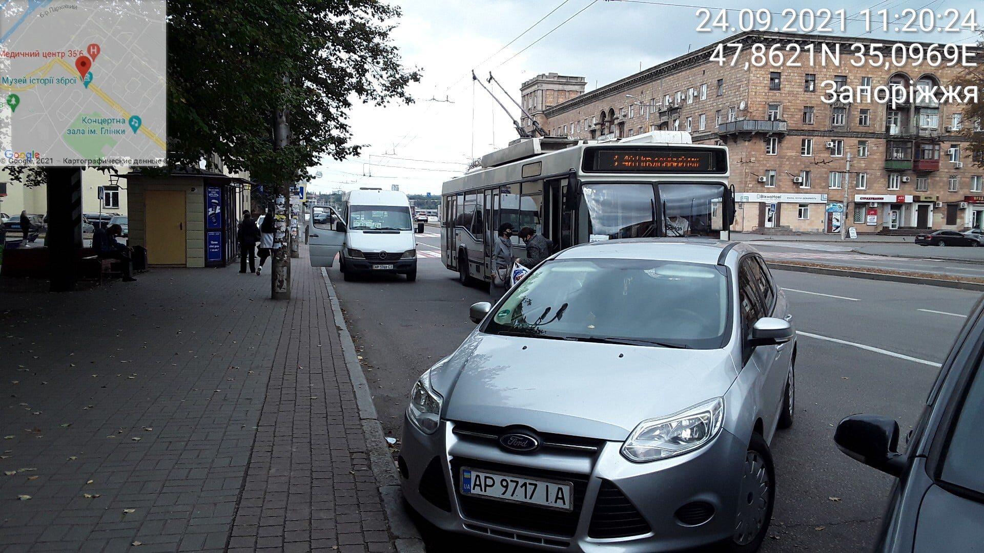 Запорізькі водії через неправильне паркування заважають роботі громадського транспорту