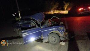 В Запорізькій області легковик врізався у вантажівку: водія довелося витягати рятувальникам, — ФОТО