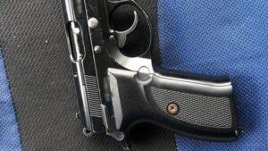 У Запоріжжі поліцейські зупинили авто для перевірки і знайшли у пасажира зброю, – ФОТО