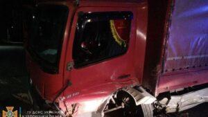 Під Запоріжжям легковик врізався у вантажівку: рятувальники деблокували з авто двох постраждалих, - ФОТО