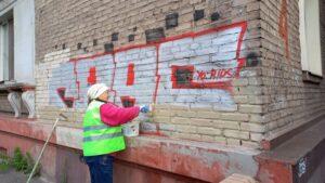 У центрі Запоріжжя з будинків прибирають графіті