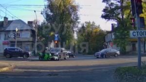 Водитель отлетел на несколько метров: в Запорожье столкнулись внедорожник и байкер, - ВИДЕО
