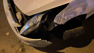 В Запорожье на крышу перевернулось авто службы такси: в полиции показали фото