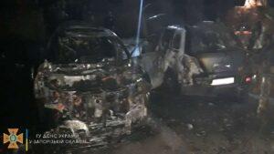 В центре Запорожья полностью сгорели два элитных внедорожника, – ФОТО