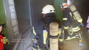 В Запорожье 20 бойцов ГСЧС тушили пожар в многоэтажке, - ФОТО